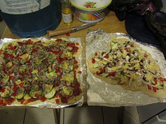 Selbstgemachte Pizza im Hostel.