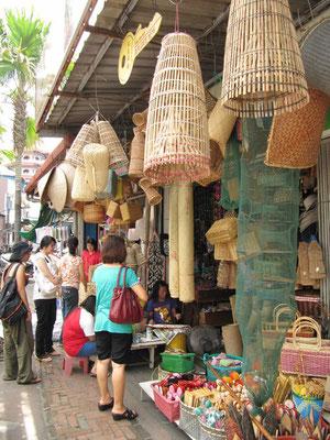 Verkauf traditioneller, handgeflochtener Körbe und anderer Waren.