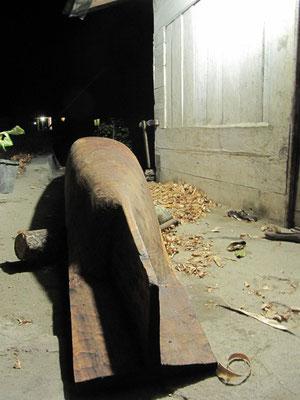 Handgeschnitzter Fischerkahn aus einem Stück Holz.