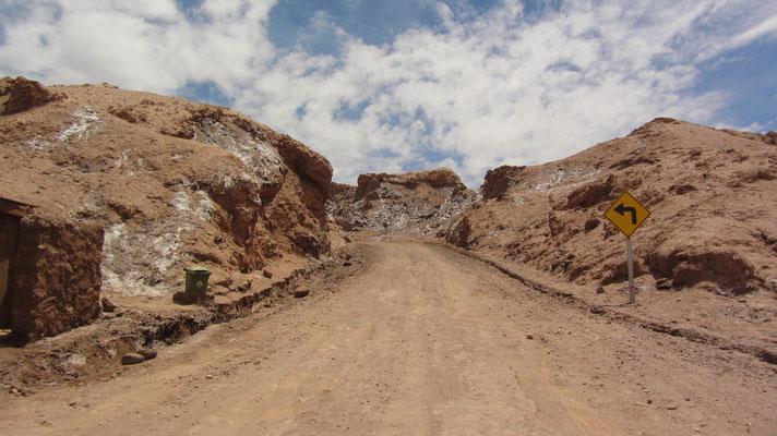 Wie die Sehenswürdigkeiten in der Umgebung wird auch das Valle de la Luna von relativ vielen Touristen besucht. Das war an diesem Tag aber völlog anders. Es gab nur uns und die staubtrockene Wüste. Schattenspende Bäume oder Ähnliches gibt es nicht.