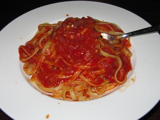 Nudeln mit Tomatensoße. (zuhause)