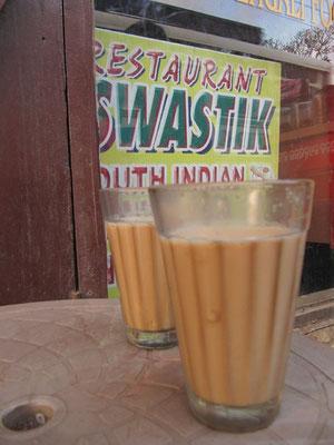 Chai ist das Nationalgetränk Indiens. Ein einfacher Chai besteht ausschließlich aus Milch, schwarzem Tee und Zucker.