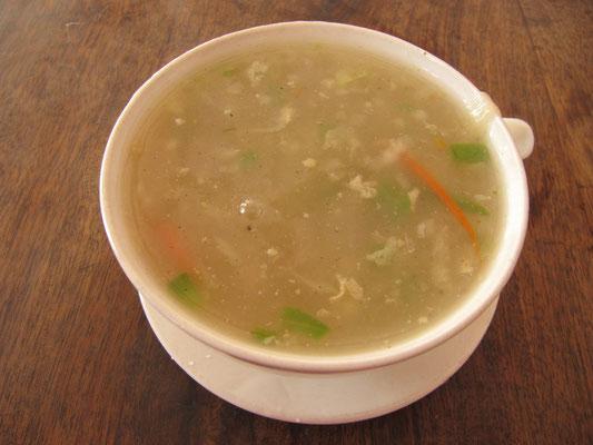 Chinesische Suppe. Saulang gedauert und natürlich voll unchinesisch. Selber schuld wer chinesisch in Indien bestellt.