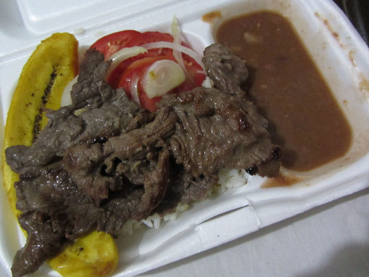 Rindfleisch, Tomatensalat und Platana.