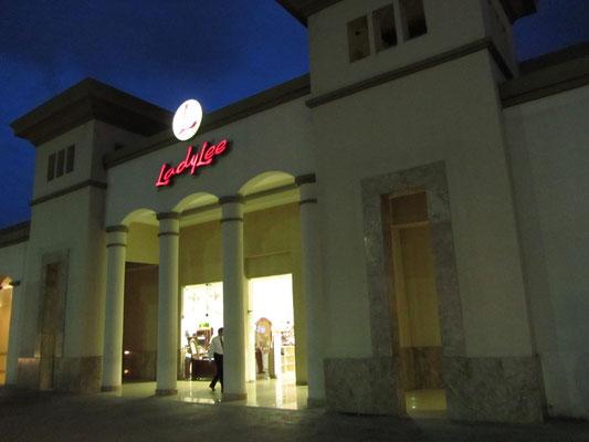 Das Multiplaza Mall. So gesichtslos wie fast alle großen Shopping Malls dieses Planeten..