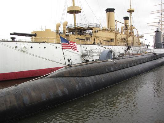 Die USS Becuna (vorne) aus dem 2. Weltkrieg und die USS Olympia (hinten), ein Schlachtschiff aus dem Spanisch-Amerikanischen Krieg, gehören zum Independence Seaport Museum.