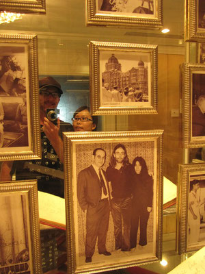 Von links: Sebastian, Chihi, ?, John Lennon, Yoko Ono. Alle waren hier, aber nicht alle konnten sich eine Übernachtung leisten. Obwohl die Preise für Indiens Prestige-Hotel nicht mal so hoch sind. Mit gut 100€ biste schon dabei.