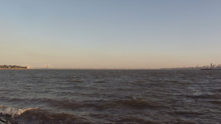Die argentinische Stadt Posadas auf der anderen Seite des Parana-Flusses.