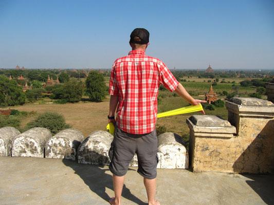 Seine neueste Errungenschaft. Immer mit dabei um meine Schultern zu regenerien. (Shwe-San-Daw-Tempel)