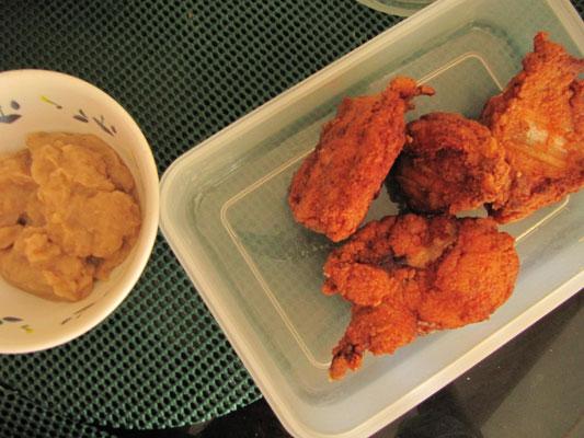 Frittiertes Hühnchen mit leckerer Fertigbratensoße in Cebu bei unserer Gastgeberin Michelle.