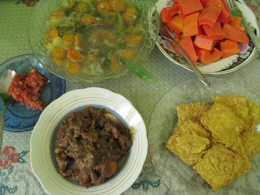 Rindfleisch, Frittiertes, frische Papaya und eine Gemüsesuppe, die wirklich genau wie bei Omi geschmeckt hat.