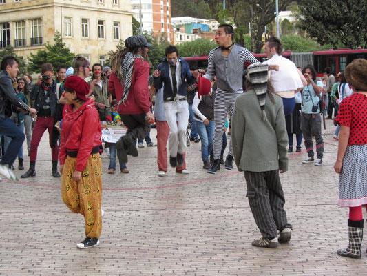 Ein Haufen verkleideter Studenten beim Seilhüpfen.