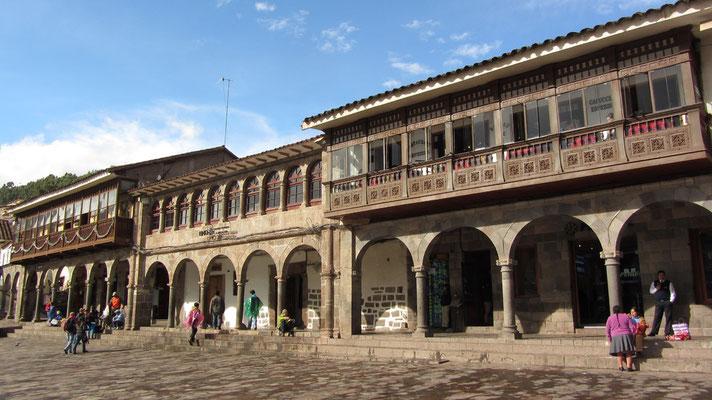 Schöne Arkaden schmücken den Plaza de Armas.