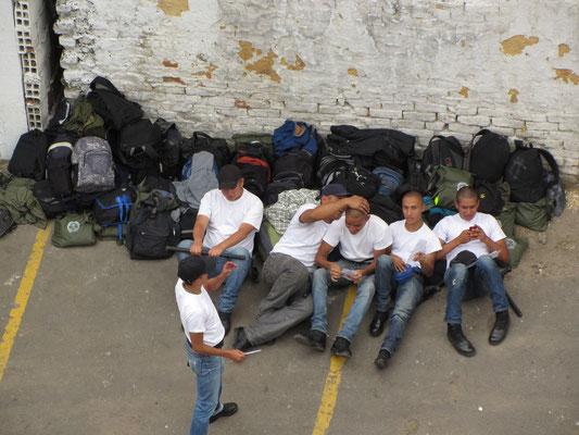 Polizischüler bei einer Pause im Hof der Akademie.
