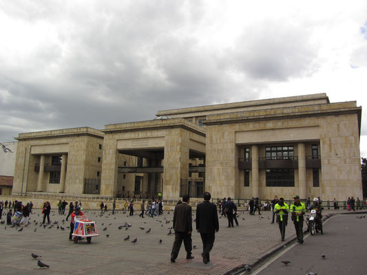 Der neue Justizpalast am Plaza de Bolivar. Der alte Palacio wurde bei der Befreiung von Geiseln, die von Guerillos hier gefangen gehalten wurden, fast vollständig zerstört. Es starben über 100 Menschen, davon 11 Richter des höchsten Gerichts.