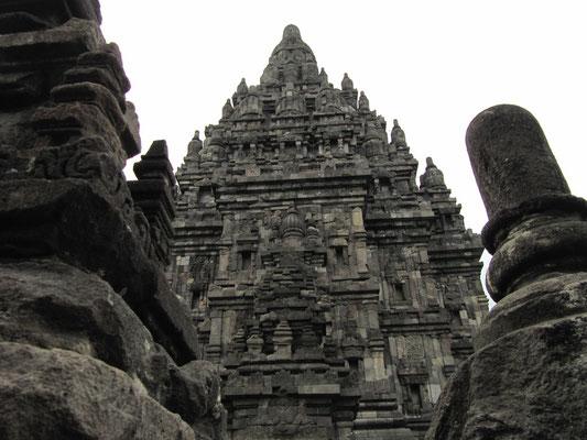 Der kolossale Shivatempel in der Mitte des Komplexes ist das Herzstück. Die Skulpturen des gesamten Komplexes zeugen von großen handwerklichen Fähigkeiten vergangener Generationen.
