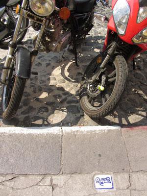 Klare Regelungen. Antigua hat alles fest im Griff, auch bei den Parkplätzen für motorisierte Zweiräder.