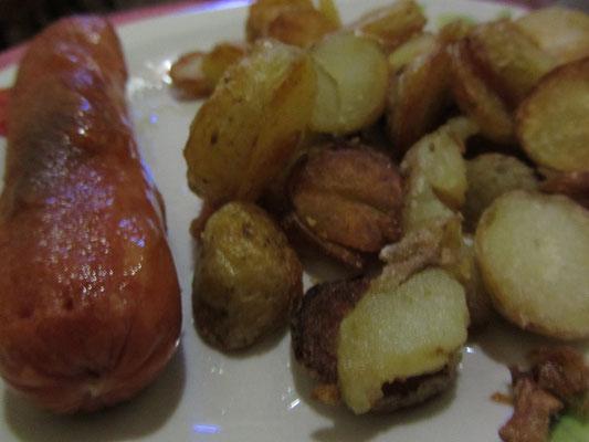 Wurst und Bratkartoffeln. Fast wia dahoam.