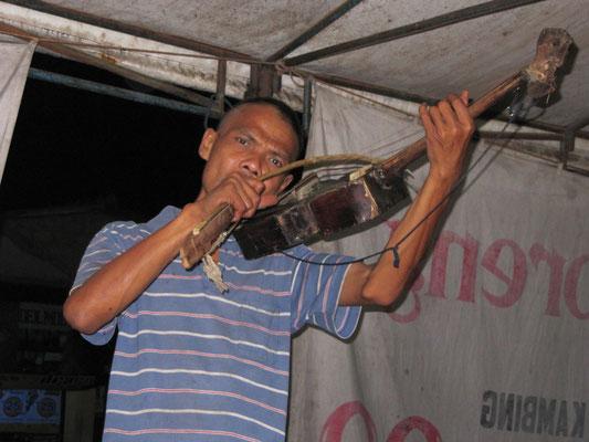 Straßenmusiker mit einer selbstgezimmerten Violine.