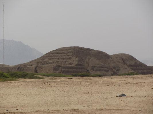 Die Huaca del Sol (Tempel der Sonne, auch Sonnenpyramide genannt) ist eine Pyramide, die im Moche-Tal in der Nähe von Trujillo in Nord-Peru von den Moche erbaut wurde.