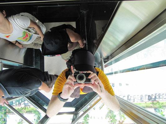 Im Aufzug des Sanyan-Gebäudes.