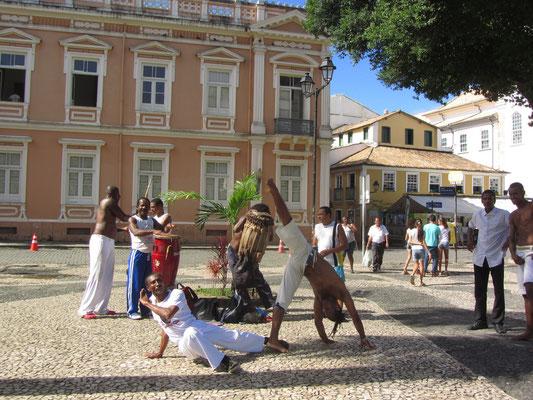 Capoeira. Zumindest für den ursprünglichen Capoeira-Stil Capoeira Angola ist Salvador das unangefochtene Zentrum. Die Stadt zieht Angoleiras aus aller Welt an, die bei der großen noch lebenden Capoeira-Meistern Unterricht nehmen.