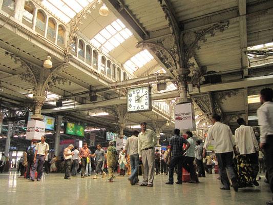 Im Chhatrapati Shivaji Terminus, kurz CST (bis 1996 Victoria Terminus).