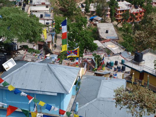 Blick vom Balkon auf unter uns liegende Häuser.