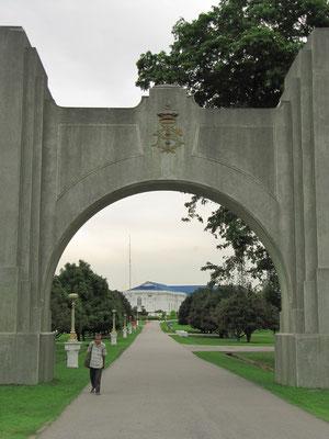 Eingang zum Istana Bukit Serene, der offizielle Residenz des Sultans des malaysischen Bundesstaates Johor. Der Palast ist der Straße von Johor zugewandt und ist in Sichtweite von Singapur. 1933 wurde der Palast fertiggestellt.