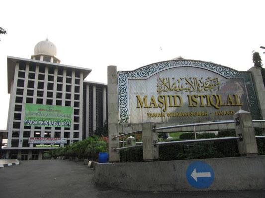 Eingang zur Istiqlal-Moschee.