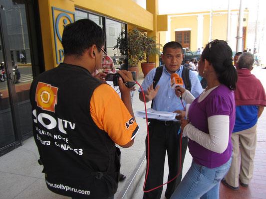 Ein Interview vor der Touristeninformation.