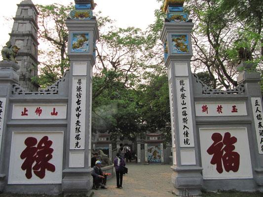 Eingang zum Ngoc Son (Jadeberg) Tempel.
