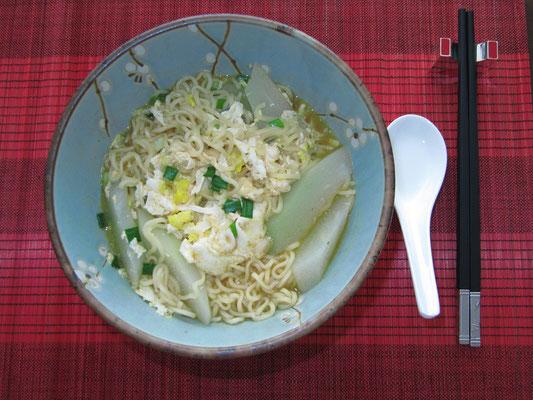 Instant Nudelsuppe mit Eieinlage (zuhause)