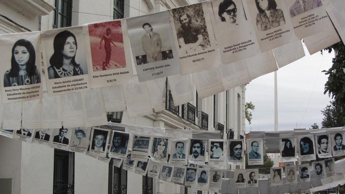 Vor dem Museum auf der Straße zeugen zahlreiche Fotografien von Vermissten von der Brutalität de Militärregimes.