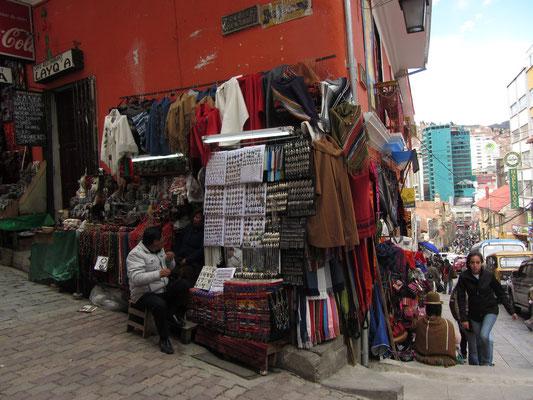 In der Sagarnaga Straße findet der Tourist viele Souvenirläden.