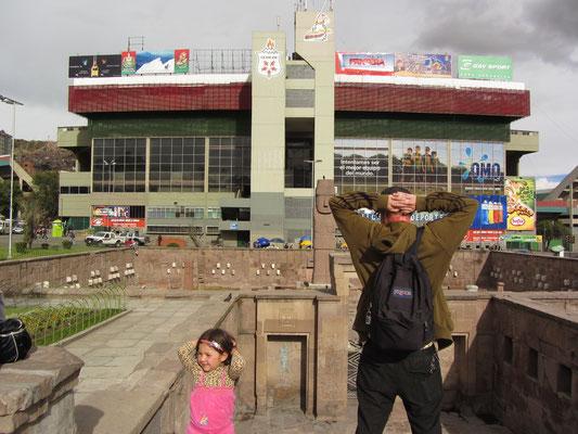 Das Estadio Hernando Siles ist der größte Sport-Komplex in der bolivischen Hauptstadt La Paz. Es fasst rund 45.000 Zuschauer und wurde zu Ehren von Hernando Siles Reyes, Präsident von Bolivien 1926 - 1930, benannt.