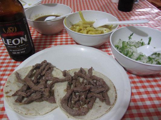 Zum Start erstmal Tacos mit Rindfleisch, dazu Zwiebeln und Soße.