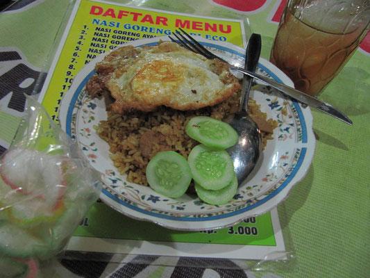Nasi Goreng. Das wahrscheinlich berühmtetste, indonesische Gericht dedeutet übersetzt nichts weiter als gebratener (goreng) Reis (nasi). Der Resi wir meist mit frischen Gurken, gebratenem Ei und Cracker serviert. Der Indonesier mag es gerne knusprig.