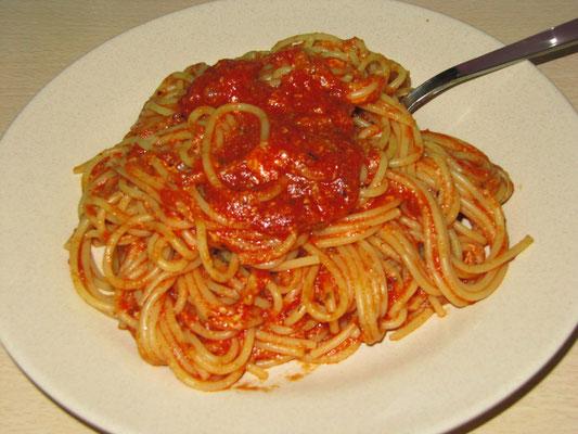 Spaghetti mit selbstgekochter Sardinen-Tomaten-Soße.