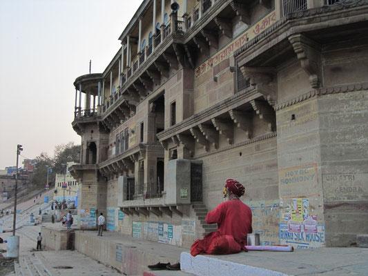 Viele Sadhus pilgern in die Stadt Shivas. Sadhu ist im Hinduismus ein Oberbegriff für jene, die sich einem religiösen, teilweise streng asketischen Leben verschrieben haben, besonders bezeichnet es die Mönche der verschiedenen hinduistischen Orden.