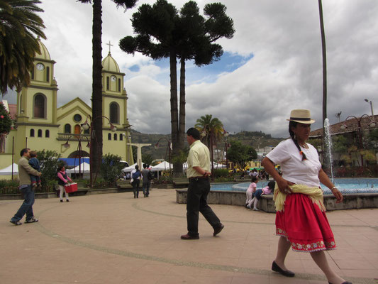 Die Kirche und der Plaza von Gualeceo.