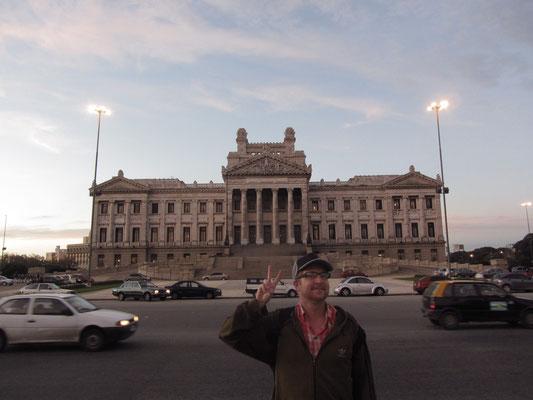 Das im neoklassizistischen Stil gehaltene Gebäude, das über eine Mauerverkleidung aus 24 verschiedenen Marmorarten verfügt, liegt am Ende der diagonal vom Plaza Entrevero zum Palacio Legislativo laufenden Av. Libertador und ist der Sitz der Legislative.