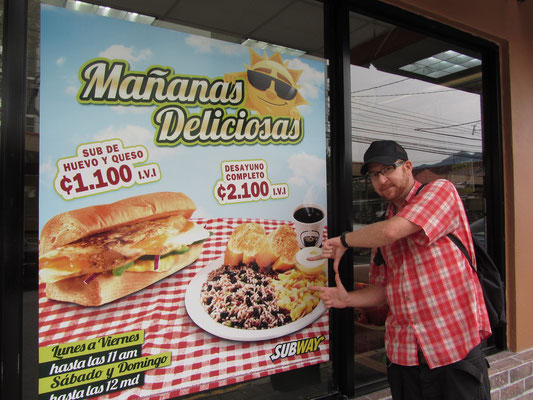 Traditionelles Frühstück selbst bei Subway im Angebot. Gallopinto ist und bleibt der Ticos Liebstes.