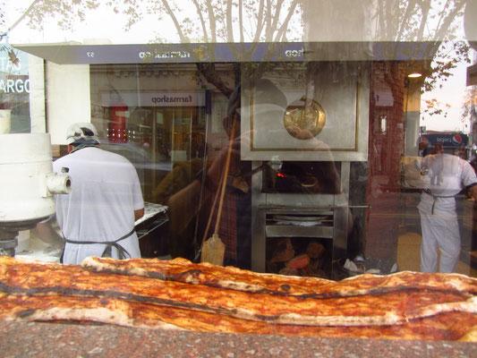 Eine Pizza mal ganz anders. Selbstverständlich bestellt man nur ein Stück von diesem langen Etwas. Übrigens hat es hervorragend gemundet.