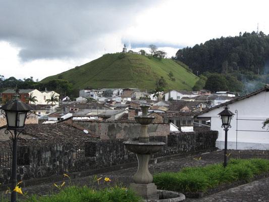 Blick auf den El Morra (Hintergrund). Die Pyramide aus präkolumbianischer Zeit wurde zwischen 500 und 1600 errichtet. Sie ist Popayans wichtigste archeologische Sehenswürdigkeit.