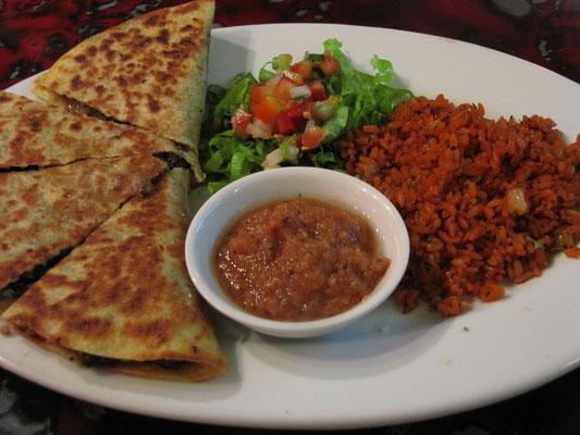 Mexikanische Tacos mit Reis und frischer Salsa-Sauce.