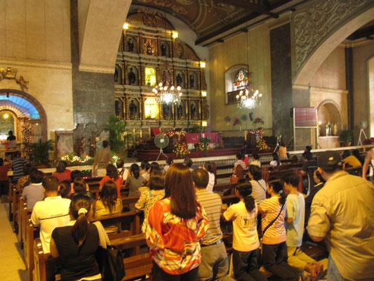 Die Plätze vor der Figur des Heiligen Ninos sind die begehrtesten. (Basilica Minore del Santo Nino)
