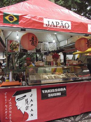 Japanischer Stand in einem zentralen Park der Stadt. Es gibt Yakisoba (gebratene Nudeln) und Sushi.
