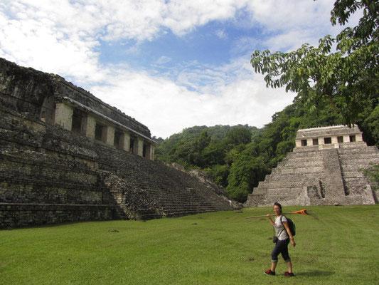 Chihi zwischen dem Palast und dem Tempel der Inschriften.