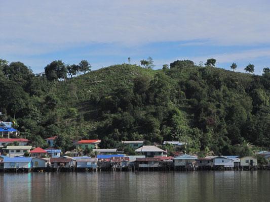 Watervillage auf der Fährfahrt von Kuching nach Sibu.